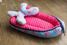 Ręcznie szyty kokon dla niemowlaka z poduszką motylkiem. Bawełna w groszki + flamingi.