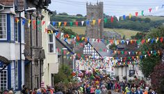 Visit the Dartmoor town of Moretonhampstead, with its great carnival, outdoor swimming pool and so much more – and see the other great towns on Dartmoor. Outdoor Swimming Pool, Swimming Pools, Sprachreise England, Camping Devon, Dartmoor, Cornwall, Fair Grounds, Explore, World