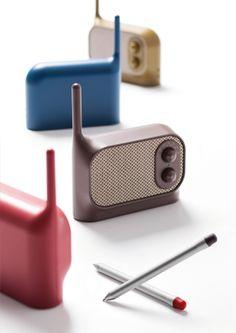 Mezzo is a small radio designed by Ionna Vautrin for Lexon Design. Radio Design, Speaker Design, Radios, Bedroom Minimalist, Minimalist Design, Lexon Design, Le Manoosh, Latest Tech Gadgets, Product Design