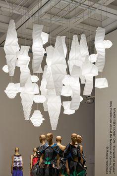 """MIYAKE ISSEY EXHIBITION: """"The Work of Miyake"""". Vue de l'installation d'Issey au National Art Center de Tokyo ~ Japon ► http://bit.ly/IN-EI  © Masaya Yoshimura"""