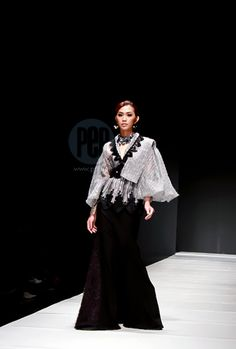Modern Barong and Filipiniana at the Philippine Fashion Week ideas street styles philippines Philippines Outfit, Philippines Fashion, Traditional Fashion, Traditional Dresses, Gowns Of Elegance Goddesses, Fashion Themes, Fashion Outfits, Modern Filipiniana Gown, Filipino Fashion