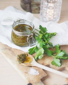 Har du prøvd denne sausen til biff? Chimichurri, Moscow Mule Mugs, Chutney, Fresh Rolls, Pesto, Food And Drink, Tableware, Ethnic Recipes, Sauces