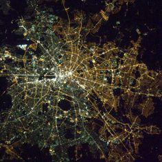 Satellitenbild der Woche: Berlin ist noch immer geteilt, zumindest in Sachen Straßenbeleuchtung. Im Osten vor allem gelbliche Natriumdampflampen, im Westen eher weiße Leuchstoff- und Quecksilberdampflampen. (Quelle: Nasa/Chris Hadfield)