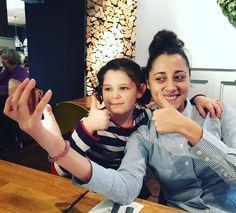 Daniela y Eli haciéndose selfies en el restaurante. Alguien me ha quitado el puesto!!!!