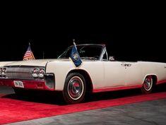 Lincoln Continental (Foto: divulgação)    No dia de seu assassinato, o ex-presidente dos Estados Unidos, John F. Kennedy, foi transportado até a base aérea de Carswell, no Texas, em um Lincoln Continental conversível de 1963. Um veículo semelhante a esse será leiloado pela Bonhams, em 14 de outubro, e pode valer entre R$1,6 milhão e R$2,7 milhões.  saiba mais   BMW lança os novos superesportivos (e agressivos)