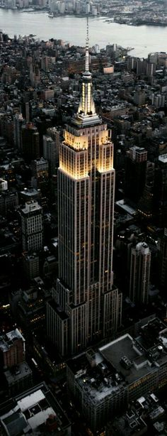 Go to the top of the Empire State Building, New York. - Go to the top of the Empire State Building, New York. Empire State Building, New York Tipps, Photographie New York, New York City, Places To Travel, Places To Visit, Voyage New York, Dream City, Concrete Jungle
