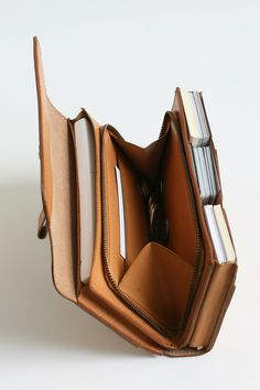 たくさん入れても美しいシルエット - leather card holder / wallet that expands to hold greater capacity due to cover sliding into pocket.
