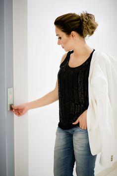 Calça Jeans da Calvin Klein, blusinha preta brilhosa, blazer off-white da Zara. #GW10_30 #10peças30looks #consultoriadeimagem #imagem #moda #fashion #brilho #lookhappyhour # happyhour #estilocontemporâneo #officelook #lookfeminno
