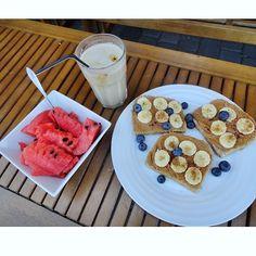 Chleb pełnoziarnisty  masło orzechowe banan cynamon borówki  kawa mrożona  arbuz = idealne śniadanie  by pistacjovaa