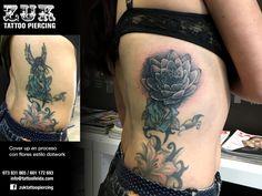 Cover up en proceso con flores estilo dotwork.