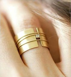 gold and diamond ring. Bague or et diamant. Modern Jewelry, Gold Jewelry, Jewelry Rings, Jewelry Accessories, Fine Jewelry, Jewelry Making, Gold Bracelets, Jewelry Ideas, Jewellery Stand