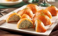 The smoked salmon pralines with spicy herbal-dill filling - Snack Mix Recipes Party Finger Foods, Finger Food Appetizers, Appetizer Recipes, Dinner Recipes, Salmon Recipes, Fish Recipes, Aperitivos Finger Food, Tapas, Xmas Food
