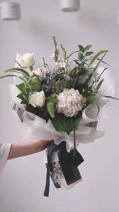 Boquette Flowers, Flowers Bucket, Flower Bouquet Diy, White Rose Bouquet, Bouquet Wrap, Gift Bouquet, How To Wrap Flowers, Beautiful Bouquet Of Flowers, Simple Flowers