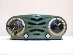 "VINTAGE 1950s ZENITH ""OWL EYE "" FACADE OLD CLOCK RADIO"