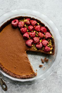 ALL the chocolately goodness in this No-Bake Chocolate Hazelnut Pie! Gluten free, Vegan, Vegetarian, and DELICIOUS. Head over to the blog for the recipe!    This post is sponsored by   @NaturallyMore | JarOfLemons.com