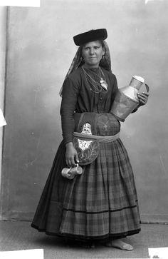 Trajes de Portugal, Leiteira Isadora Duncan, Black White Photos, Black And White, History Of Portugal, Nostalgic Pictures, Portuguese Culture, Visit Portugal, Folk Costume, Historical Clothing
