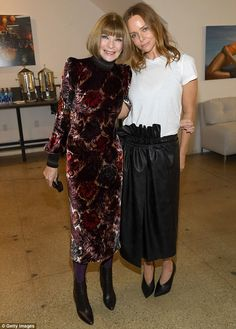 Anna Wintour Photos - Vogue EIC Anna Wintour and Stella McCartney attend Vogue's Forces of Fashion Conference at Milk Studios on October 2017 in New York City. - Vogue's Forces of Fashion Conference Vogue, Anna Wintour Style, Mode Kimono, Love Fashion, Fashion Outfits, Pencil Skirt Outfits, Fashion Figures, Velvet Fashion, Milan Fashion Weeks
