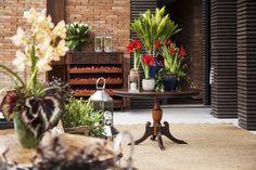 Este casamento, realizado na residência dos noivos, no condomínio Quinta da Baroneza, em Bragança Paulista, surpreendeu pelo projeto de decoração da Boutique de Cena.