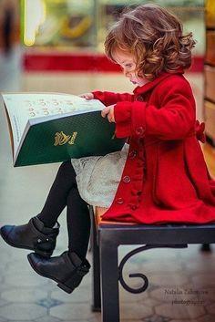 Petite fille en train de lire un livre / A little girl reading a book