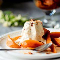 Sitruunainen vaahtokarkki-semifreddo on ylellinen pari mausteisessa ja sitruunaisessa liemessä marinoiduille päärynöille. Ihana, makea jälkiruoka sopii juhlaan!