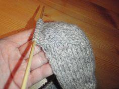 HÆLFELLING Her er ei oppskrift i tekst og bilder på hvordan man feller til hæl på lester. Chrochet, Knit Crochet, Knitting Projects, Knitted Hats, Diy And Crafts, Socks, Sewing, How To Make, Tips