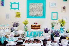 """Adorei as letras em pé em cima da mesa soletrando a palavra """"LOVE"""".  Alternativo seria botar o nome do aniversariante."""
