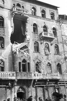 Budapest in ruins, 1956 Hungarian Revolution Old Photos, Vintage Photos, Hungarian Women, Native American History, British History, World Conflicts, Women In History, Ancient History, Europe