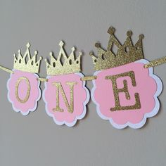 Make your little princesss 1st birthday even more memorable with this delightful high chair banner in pink and gold, accented with lovely gold princess crowns. Made out of high quality card stock, this banner measures about 15 and has about a foot of gold ribbon at the end. The one is the picture is ready to ship but Id be happy to customize yours :) Pink and gold 1st birthday package can be found here https://www.etsy.com/listing/245689854/1st-birthday-party-package...