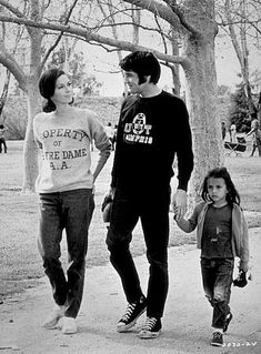 """Mary Tyler Moore, Elvis Presley e Lorena Kirk em cena de """"Change of Habit"""", último filme do músico, de 1969"""