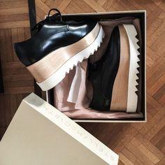 Stella McCartney levou os sapatos a outro nível com a criação destes oxfords de salto de madeira com solado tratorado.