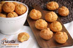 La pasta choux è limpasto base per fare i bignè che sono dei piccoli contenitori da farcire con ripieni e con i quali formare poi dei dolci più complessi quali ad esempio il profiterol o il Croquemboche.