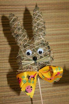 Zápich zajíček Zápich ze sena,zdobený mašličkami,výška zajíčka 10cm. Mašličky jsou v barvě oranžové,zelené,žluté,červené,lila nebo fialové. Straw Crafts, Fun Crafts For Kids, Topiary, Spring Crafts, The Hobbit, Easter Bunny, Dyi, Christmas Ornaments, Holiday Decor