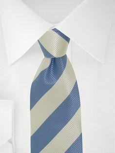 Cravate blanche à bandes bleues à 7 plis