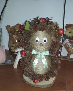 ježko zo šišiek Christmas Ornaments, Holiday Decor, Home Decor, Decoration Home, Room Decor, Christmas Jewelry, Christmas Decorations, Home Interior Design, Christmas Decor