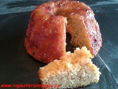 Cake de almendra y galleta con glaseado de frutos del bosque