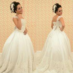 Vestido princesa com rendas e bordados. #atelieedvaniasantos #aarteemcosturasebordados #ondeoseuvestidodossonhossetornarealidade