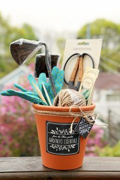 We're continuing our DIY Gifts by featuring handmade gifts for gardeners. These gifts for gardeners include flower themed gifts, diy gift baskets… Homemade Gifts, Diy Gifts, Homemade Gift Baskets, Housewarming Gift Baskets, Cadeau Client, Cute Gifts, Best Gifts, Diy Mothers Day Gifts, Grandparent Gifts
