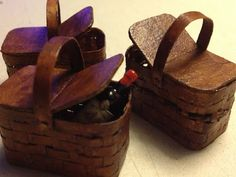 Obsidian Hall: Picnic baskets made using this tutorial http://1inchminisbykris.blogspot.ca/search/label/how%20to%20make%20miniature%20baskets%20from%20paper