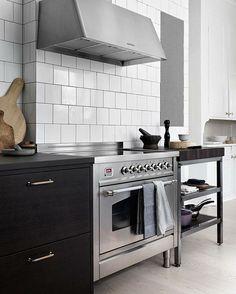 Ilve spis med induktionshäll för snabb och energisnål matlagning! Här i ett exklusivt kök från Ballingslöv. Spis: Nostalgie, 90 cm, rostfri med tillhörande fläkt. Kom gärna förbi vårt showroom! Trevlig helg! #ballingslöv #inspiration #kök #ilvesweden #ilve #designlife #design #spis #rostfritt #