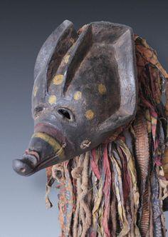 Tanzmaske, Stirnmaske mwana ngulu in Form eines Schweines der Chokwe (Tschokwe) / D. R. Kongo