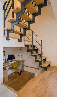 階段下のデッドスペースを2段下げることで、ちょっとした家事の合間に作業ができる奥様専用の仕事部屋としました。