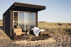 Minimaison à la vue imprenable, ce cabanonde 20 m² posé sur une plage danoise est une petite merveille. Créé par Add a Room, fabricant danois de caba