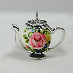 Miniature teapot by professional miniaturists using Japanese Decal Bead (image) Miniature Crafts, Miniature Fairy Gardens, Miniature Houses, Miniature Dolls, Miniature Furniture, Dollhouse Furniture, Vitrine Miniature, Dollhouse Tutorials, Barbie Accessories