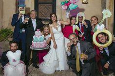 Photocall romántico fandi para bodas amorosas y divertidas Bridesmaid Dresses, Wedding Dresses, Photo Booth, Backdrops, Crown, Party, Fashion, Diy Photo Booth, Romantic Moments