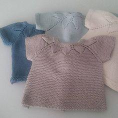 Graziosa maglietta estiva molto confortevole e pratica, è aperta sul dietro, costruzione top down, perfetta in cotone o in lana leggera.