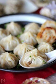 中華料理の点心のひとつである小籠包。スープがじゅわっとあふれ出る様は食欲をそそります。作るのが難しそうなイメージですが、餃子の皮を使えばおうちでも意外と簡単にできるんです。できたてアツアツの小籠包を囲んで、おうちで点心を楽しんでみてはいかがですか。