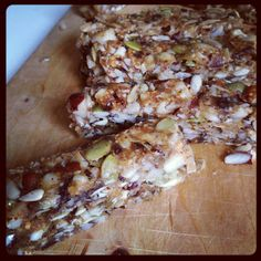 Frukt/nöt-bars, olika varianter: raw, LCHF etc. http://papasteves.com/blogs/news/11304001-fiber-protein-fat-satiety-feel-fuller-longer-slow-down-sugar-absorption