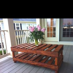 DIY Pallet table.. Looks like it would make a nice coffee table too!