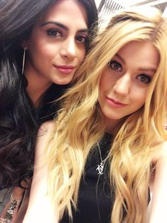 Emeraude Toubia and Katherine McNamara / Izzy and Clary in Shadowhunters. Shadowhunters Isabelle, Shadowhunters Tv Show, Isabelle Lightwood, Shadowhunters The Mortal Instruments, Clary And Jace, Clary Fray, Cassandra Clare, Katherine Mcnamara, Film Serie