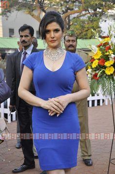 Bollywood Celebrities, Bollywood Actress, Zarine Khan Hot, Priyanka Chopra Hot, Bhojpuri Actress, Saree Models, Curvy Girl Fashion, Indian Bollywood, Beautiful Gorgeous